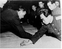 <1953년 7월 27일, 판문점에서 열린 정전협정에서 지도에 군사분계선을 긋고 있는 양측 실무대표> 사진_국가기록원